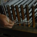 糸を揃えて長さを測り綛(かせ)をつくる いしげ結城紬