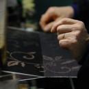 絣の反物製織 柄の調整は人の手によって行われる いしげ結城紬