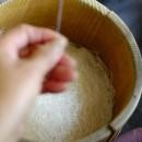 つむぎだされた糸はおぼけと呼ばれる桶にためられていく 本場結城紬 糸つむぎ